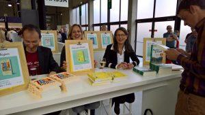 Auteur, coach en organizing expert (rechts op foto) signeert op Boekenbeurs 2017 - barkingdogs.be